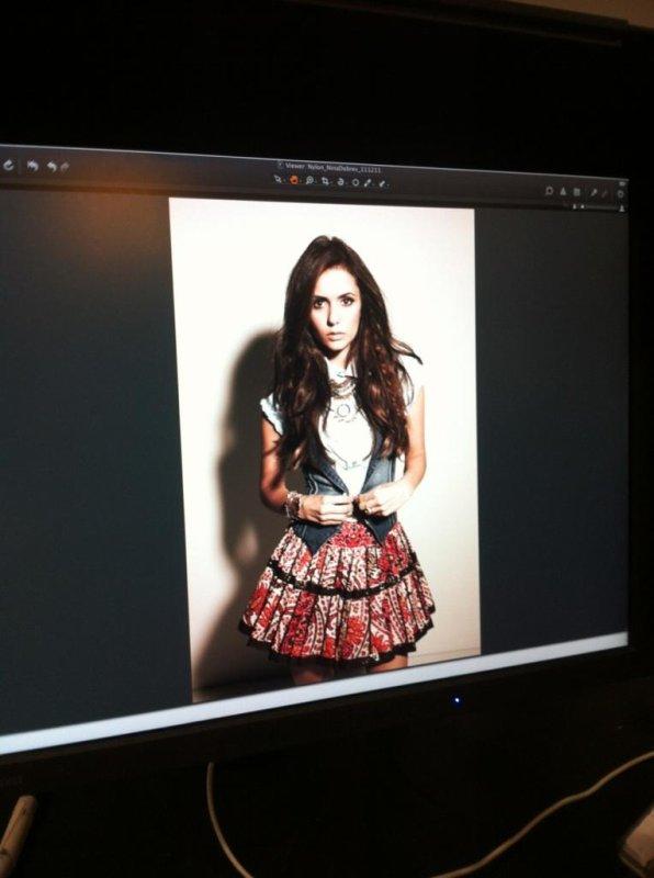 22/01/2012 Nina a twitter : un aperçu dans les coulisses de mon photoshoot couverture de magazine Nylon