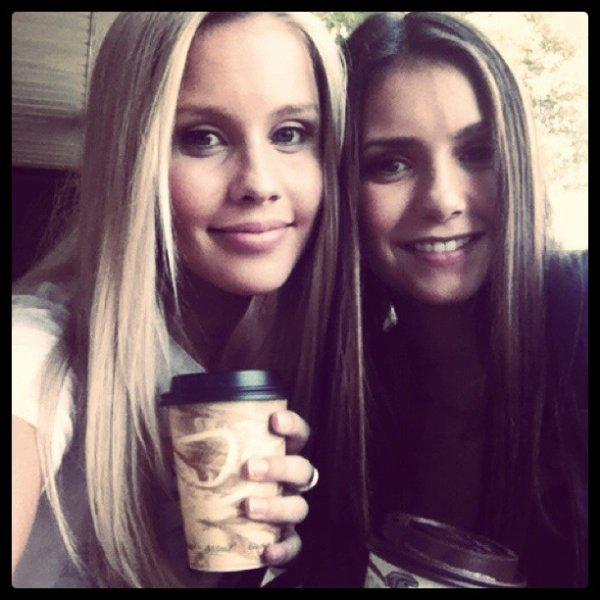 16/03/2012 Claire Holt a twitté : Bénéficiant d'un peu de soleil et de caféine avec Nina Dobrev :)