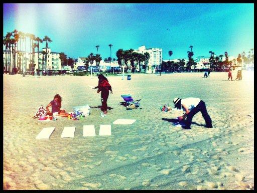 28/04/2012 Nina a twitter : Rien de tel qu'un jour d'expression artistique avec vos orteils dans le sable ...