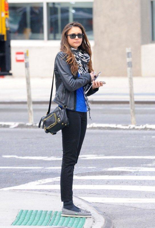07/05/2012 Nina à New York, en train d'attendre un taxi