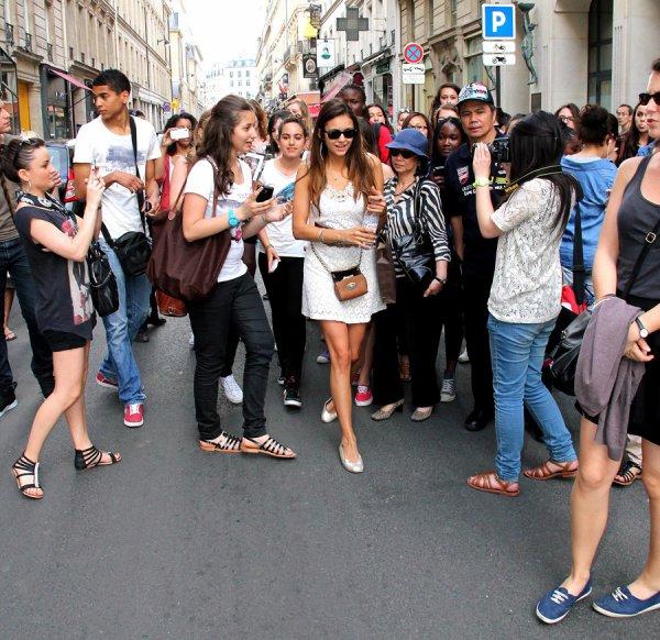 27/05/2012  Nina voulait passer incognito, elle a voulu entrer dans un magasin par l'entrée arrière, mais la porte était fermée. Par gentillesse, elle prend quelques photos et parle avec les fans, très vite les quelques fans se sont transformés en foule alors elle voulait se diriger vers le magasin en passant par l'entrée principale, les fans l'ont suivi et un vigile est venu l'aider, puis elle a quitté le magasin en taxi