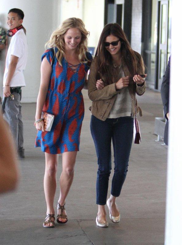 06/07/2012 Nina, Candice & Claire ont été vue a l'aéroport de Los Angeles pour re prendre le tournage de Vampire Diaries