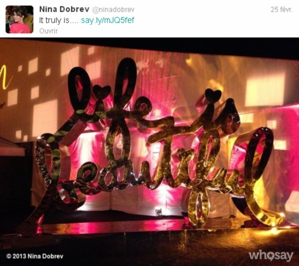 Le 25/02/2013 Nina a twitter : Meilleure tenue de la nuit , de loin...Jim Carrey