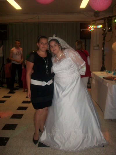 Ma cousine et moi le 29/05/2010 le jour de son mariage :)