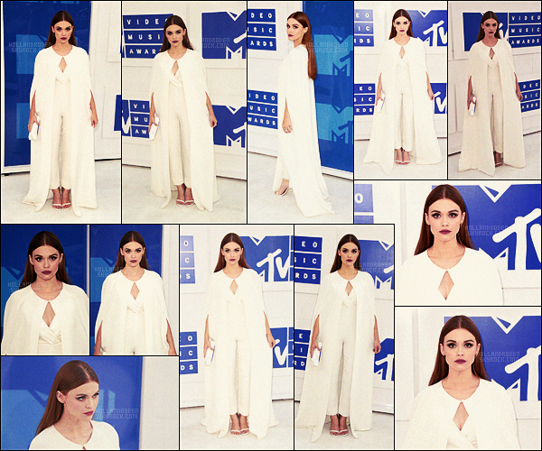 » 28/08/16 - Holland Roden s'est rendue aux Video Music Awards, au Madison S. Garden à New York.  • Cérémonie qui récompense les chanteurs / chanteuses mais on n'y retrouve Holland R. tout de même. Que pensez-vous de sa tenue ??