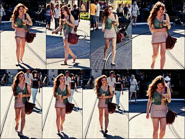 » 25/07/12 - Holland Roden a été photographiée se promenant, seule, dans The grove - à Los Angeles.  • Il devait faire beaucoup de vent puisque la miss a eu un soucis avec son chemisier ! Je ne suis pas fan des ballerines. Top quand même.