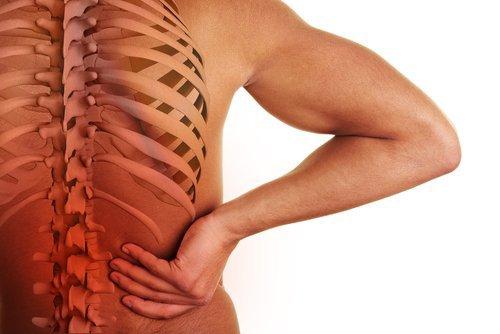 4 causes du mal du bas du dos et les manières d'y faire face