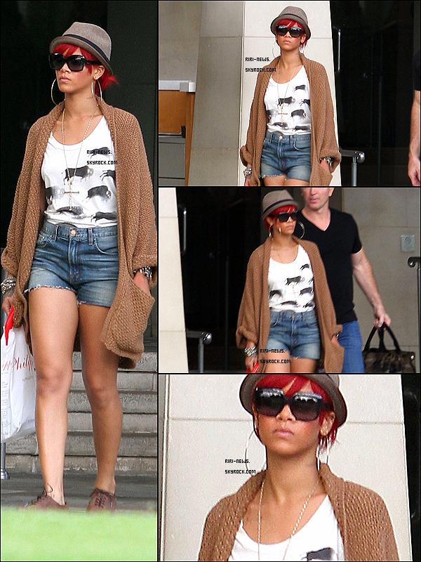 .  15/10/10 Rihanna a été vue quittant son hotel a L.ASa Tenue TOP/FLOP?!??dites moi tout  .