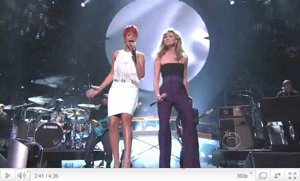 . Rihanna a fait une très belle performance avec Jennifer Nettles sur Califronia King Bed, elle arborait des cheveux courts et une superbe robe blanche.  .