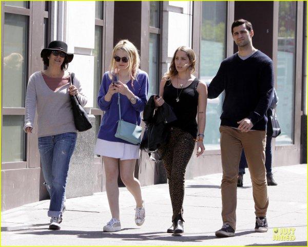 28 avril 2013 : Dakota en promenade avec des amis...