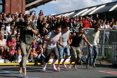 FLASH SPECIAL : A Lille, un tournoi de course en talons aiguilles... pour filles et garçons!