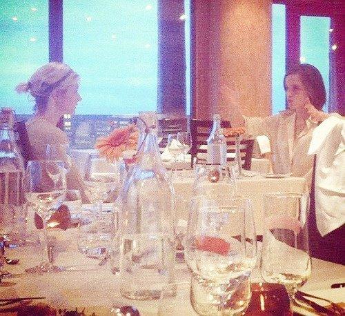Emma watson et Sophie Sumner dans un restaurant en Islande où elle tourne le film Noah