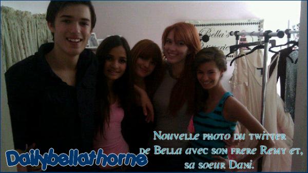 Bella en compagnie de sa soeur Dani ainsi que son frère Remy. Vos avis ?