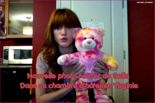 Nouvelle photo Twitter de Bella. Tu aimes ?   Bella en séance dédicasse en Virginie. Vos avis ?