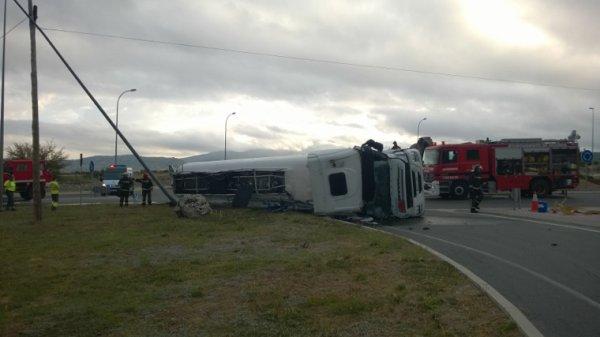 Camión cisterna volcado