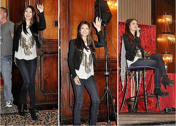 29/10/11 - Nina était à la convention « Eyecon » et a réalisé une session de questions/réponses.  La tenue de Nina est simple mais très bien pour l'occasion. J'aime beaucoup son tee-shirt ainsi que ses bottes, c'est un petit top.