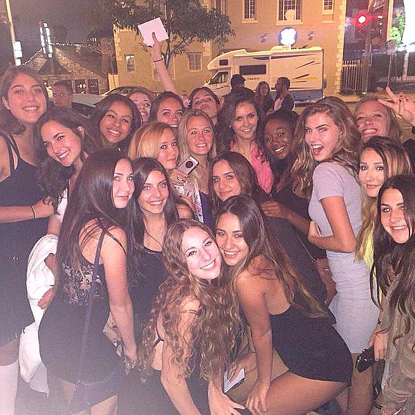 Nina a pris une photo avec des fans près du resto Pink Taco à Los Angeles ce 13 juin 2015.