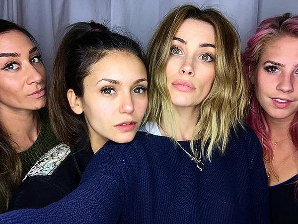 Nina était avec ses amies Arielle, Mary et Hillary chez elle à Los Angeles ce 25 janvier 2016.