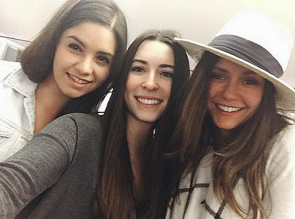 Des fans ont vu Nina qui allait décoller de l'aéroport de Los Angeles ce 29 décembre 2015.