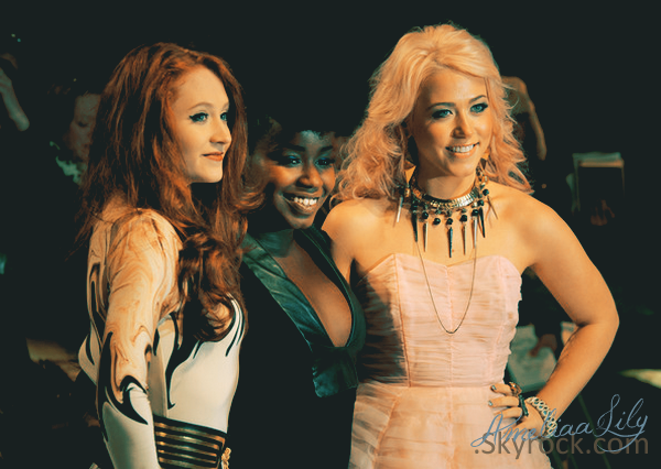 - Amelia à l'avant première de Twilight 4. Avec Janet et Misha. -