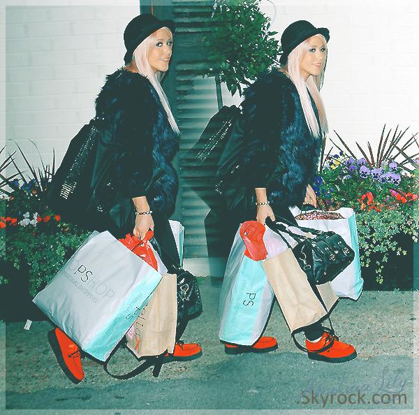 - Amelia arrivant à X-Factor dimanche dernier. Mais qu'allait-elle faire avec tous ces sacs? -