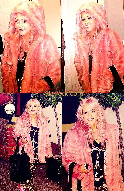 - FLASHBACK - Amelia arrivant et quittant X-Factor le week-end du 12 et 13 Novembre. Son manteau est accordé avec la couleur de ses cheveux, SWAG. -