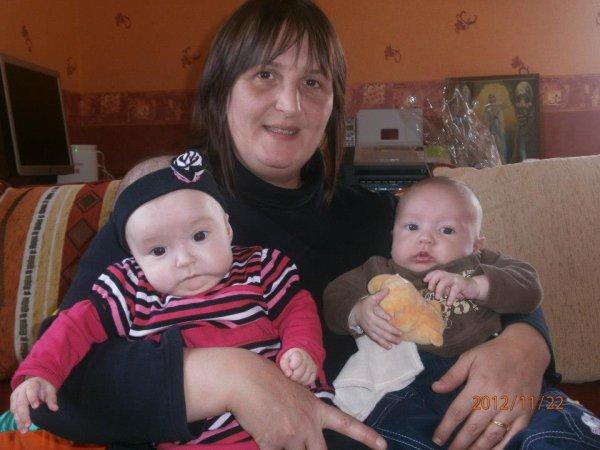 mes 2 derniers jumeaux avec leur tata Cathia
