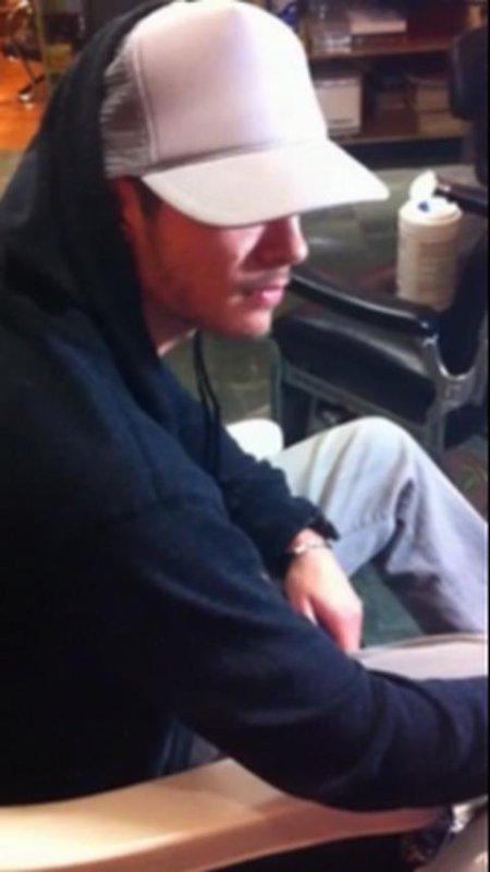 Tom se fait tatouer lui aussi l'heure de sa naissance comme Bill