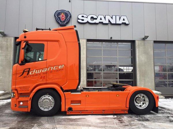 Avec pas grand chose et une belle couleur ...  il claque ce nouveau Scania !
