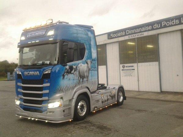 Nouveauté encore , avec cette fois  le Scania des transports Lelandais ( peinture signée Fantastica )