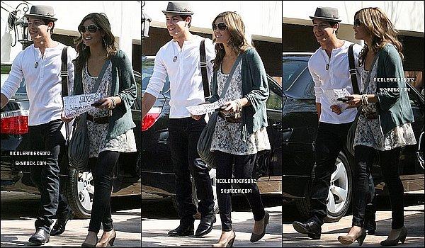 .     FLASH BACK : La belle Nicole et Nick Jonas sort de sa maison à Toluca Lake..