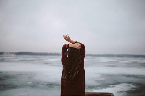 """""""Des larmes apparurent dans ses yeux, ces larmes silencieuses des femmes, gouttes de chagrin venues de l'âme qui coulent sur les joues et semblent si douloureuses, étant si claires."""""""