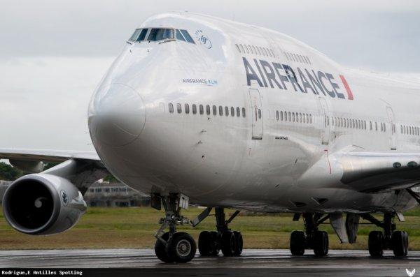 Boeing 747-400 Airfrance en Guadeloupe . Ce boeing 747-400 d'Airfrance vient pendant la saison des croisieres en guadeloupe . C'est a dire du Decembre a Avril il se rend en Guadeloupe pour achminer les passagers en Provenances de Roissy-Charles-De-Gaules  pour qu'il profite du beau paysages des Caraibes