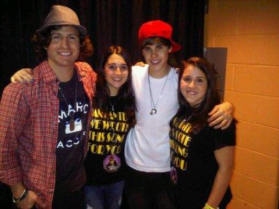 Vous vous souvenez de la chanson que Justin a chanter a la fete de Dan? Il s'agit enfaite d'une chanson que deux fans ont écrites! Justin et Dan on pu les rencontrer hier :)