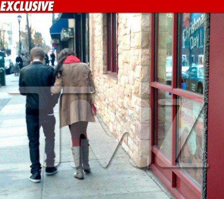 TMZ a photographié Justin et Selena, sortant d'un restaurant après avoir y déjeuné hier à Philadelphie! . Certaine personnes confiés à TMZ, les deux stars se tenaient la main dans le restaurant tout en se regardant « câlinement ». Alors qu'en pensez vous?