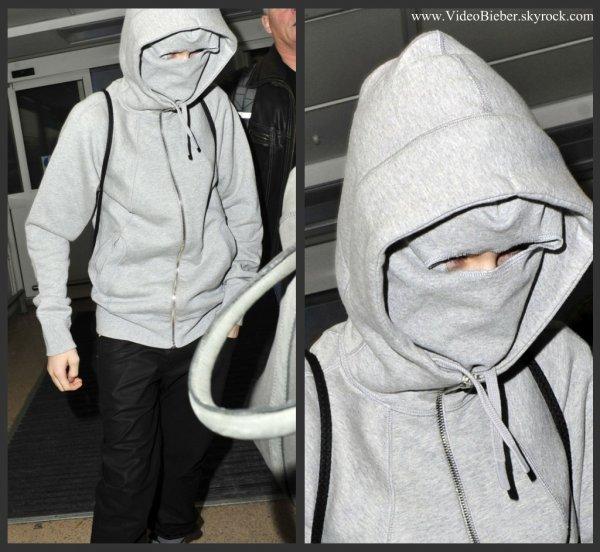 Justin hier, à l'aéroport de Londres. Je pense qu'il se cachait des paparazzi :P