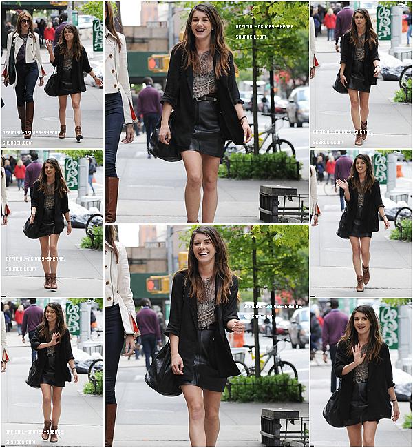 10 Mai 2012 - Shenae a été vu dans le quartier de Out in Soho. TOP!