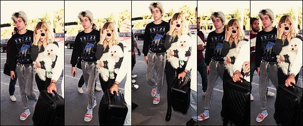 . ● Nicola Peltz et un ami étaient à l'aéroport LAX de Los Angeles, c'était le 4 novembre.  .