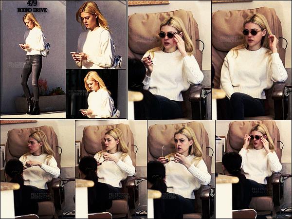 . ● Nicola Peltz s'est rendue seule à un salon de manucure dans Beverly Hills, le 16/01.  .