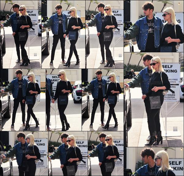 . ● Le 07/06, Nicola Peltz a été vue faisant du shopping en passant chez Barney's, à Beverly Hills  .