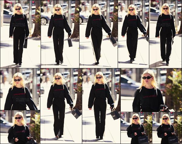 . ● Le 14/06, Nicola Peltz a été aperçue balançant son sac shopping dans les rues de Beverly Hills.  .