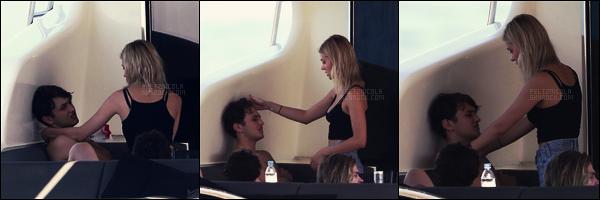 . ● Notre jolie Nicola Peltz a été aperçue abord d'un yacht avec Anwar à St Tropez, le 15/08.  .