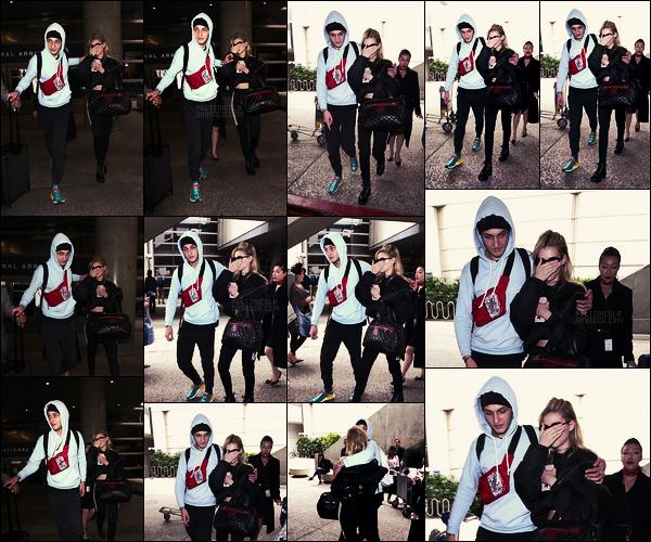 . ● Nicola Peltz a été vue se cachant à son arrivée à l'aéroport de LAX, le 07/03. - Bye Paris !  .