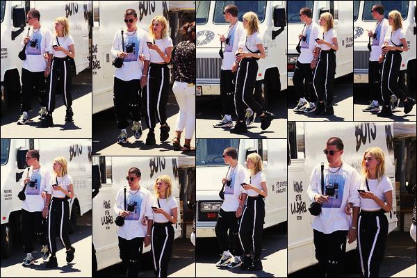 . ● Nicola Peltz et son boyfriend Paul Klein étaient, le 22/07, dans les rues de Los Angeles  .