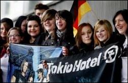    Article 5844    Une trentaine de fans au Zénith, hier, pour crier leur soutien à Tokio Hotel