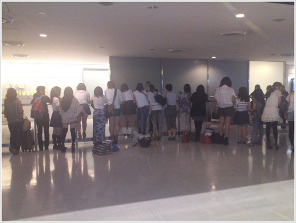 - 6520 - Les fans japonaises attendant Bill&Tom