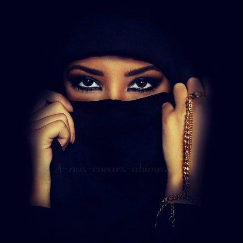 « Ya Allah, Ils essaient de m'éloigner de toi.. Ils veulent que je pense à l'avenir, à cet Dounia.. Ils me disent qu'on ne vie qu'une fois.. Fait leurs comprendre qu'on vie chaque jours mais qu'on ne meurt qu'une fois.. Ils me promettent emploi, bonheur, amour et joie.. Mais ils ne savent pas que leurs promesse m'est égale, mon repos je le trouve auprès de Toi.. Ils me parlent de société, de nationalisme, de droit.. Ils oublient le Qur'an et ses lois.. Ya Allah, ils essaient de m'éloigner de toi.. Aide moi à lutter chaque jours, chaque mois, en me rapprochant un peut plus de Toi.. Ya Rabi je t'aime, je T'adore je pense à toi, chaque minute, chaque heure, à chaque fois.. »