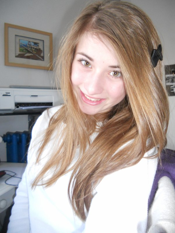 Blonde, yeux vert et cheveux long. Mh je crois que c'est moi.