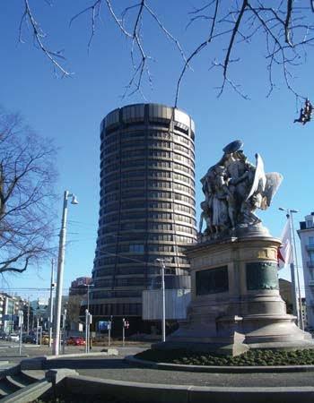 La Banque des règlements internationaux (BRI, Bank for International Settlements en anglais ou BIS) a été créée en 1930. C'est la plus ancienne organisation financière internationale. Elle est une organisation internationale créé sous la forme juridique d'une société anonyme, dont les actionnaires sont des banques centrales. Elle est située à Bâle en Suisse, et se définit comme étant la « banque des banques centrales » dans son Rapport annuel bien qu'elle soit souvent surnommée la « banque centrale des banques centrales