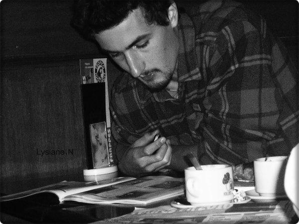 Je ne sais pas se que cet homme faisait assis seul dans ce café. S'il comptait rester seul ou bien attendait-il quelqu'un ? C'était peut être un être solitaire ou même misanthrope qui sait. Que resentait-il à cet instant ? Il pouvait se sentir épanouis, mélancolique, préoccupé, ou tout simplement overbooké. Chaques personnes est différent et cet homme vient seulement compléter cette variété de vivants.